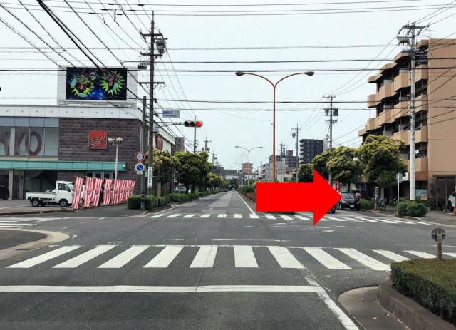 ③1つ目の交差点を右折